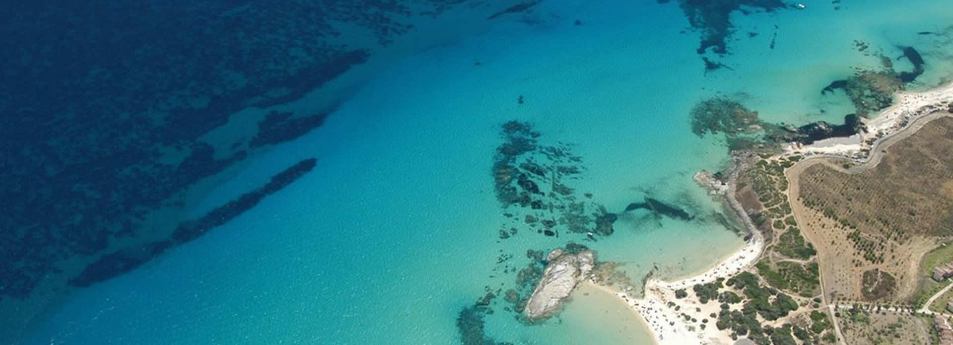 Mare di costa Rei con scoglio di Peppino